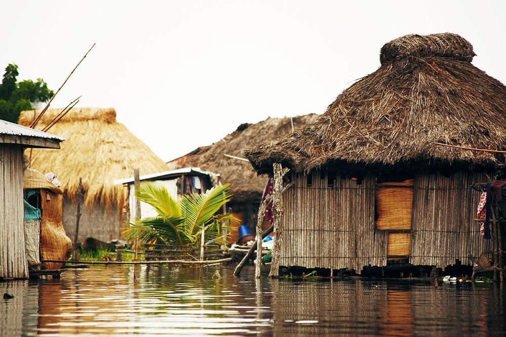 village Afrique eaux stagnantes